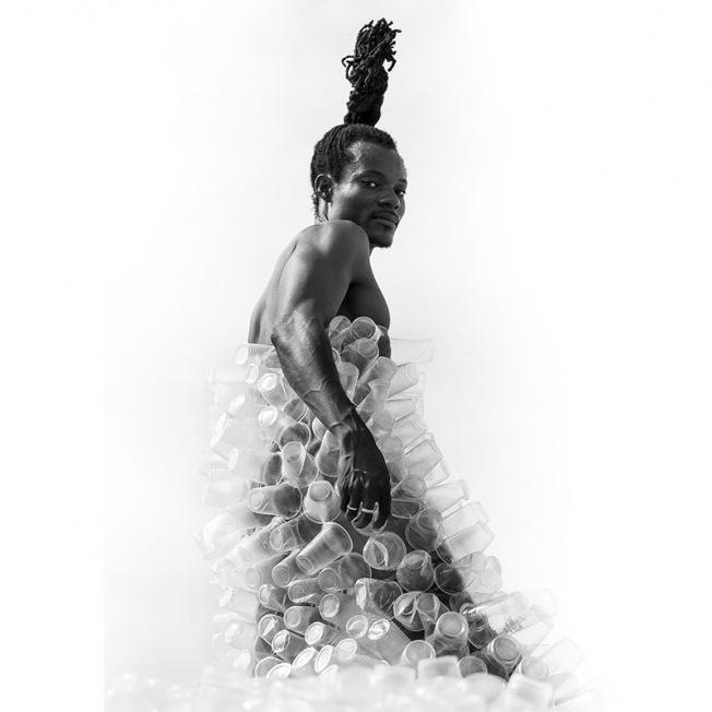Photographie du prince toffa envahit de plastique par l'artiste contemporaine sophie negrier